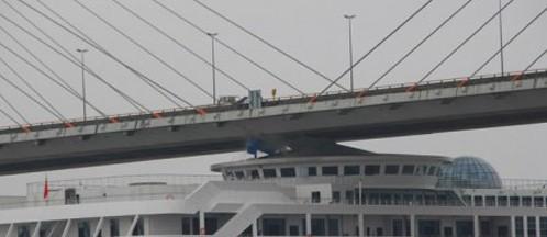 温州一豪华邮轮与温州大桥发生擦撞图片